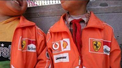 中国の小学校の制服がF1ドライバーのように01
