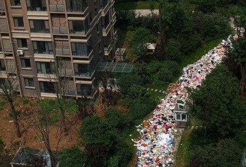 中国のマンションのまわりがゴミだらけ01