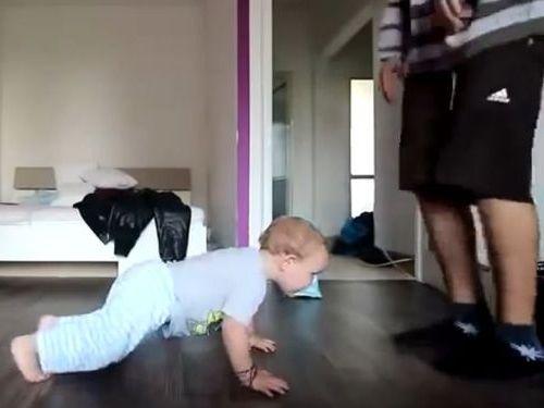 パパのダンスを必死に真似る赤ちゃん01