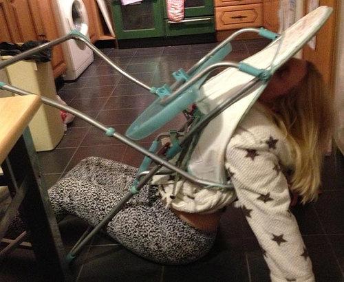 大人が子供のイスに座るべきじゃない理由05