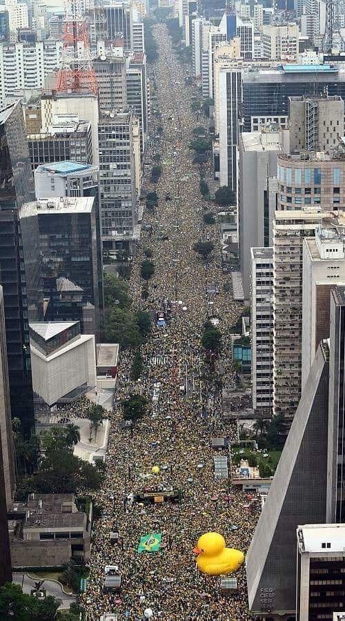 400万人が政府に抗議中のブラジル02