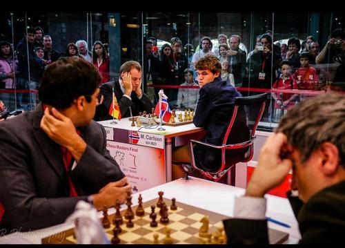 伝説の世界的チェスのチャンピオンが対局中に見つめ合う01