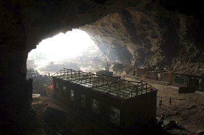 洞窟の中にある中国の小学校-全景
