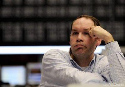 職場で嘆く男たち…金融危機の悲劇06