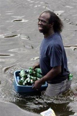 水害時にたくましく楽しむ人々08