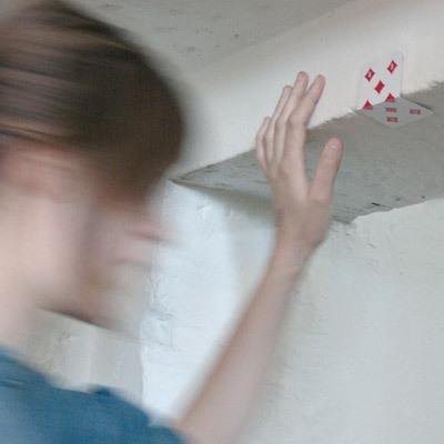トランプを半分に折って天井の角に貼り付け、女が手を添える構図-くだらない笑える面白いリサイクル20