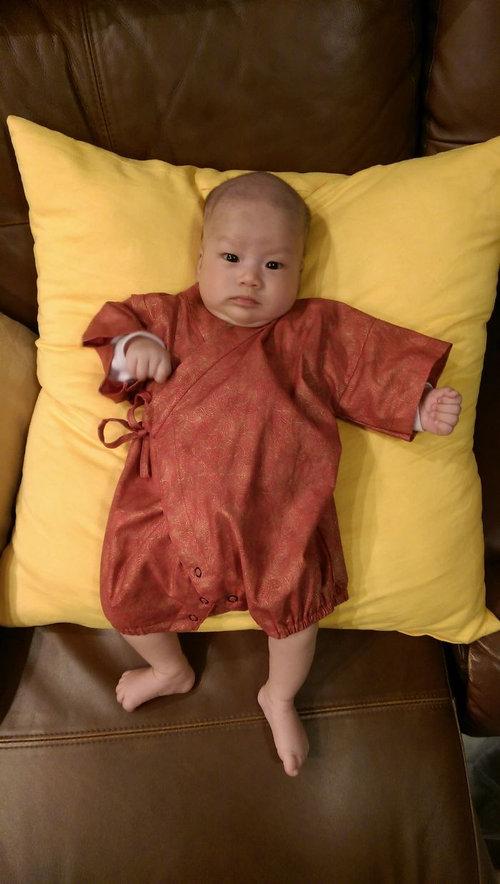 お父さんが赤ちゃんに服を着せると11