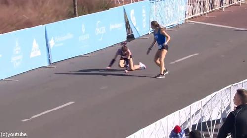 マラソンでゴール目前の選手が倒れる01
