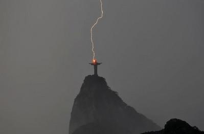 神さまに落ちた稲妻の写真