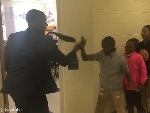 先生が生徒にオリジナルの握手をしてから授業開始01
