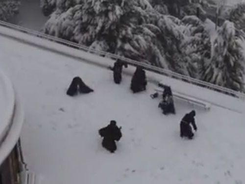 修道士の雪合戦01