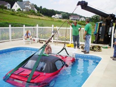 隣人のプールの底にロードスターを駐車した女性03