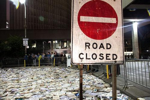 トロントの大通りを本が埋め尽くす04