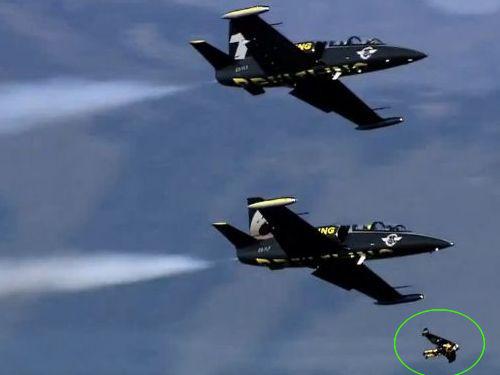 ジェットマンがジェット機と編隊飛行