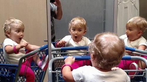 複数の鏡を見つけた赤ちゃん02