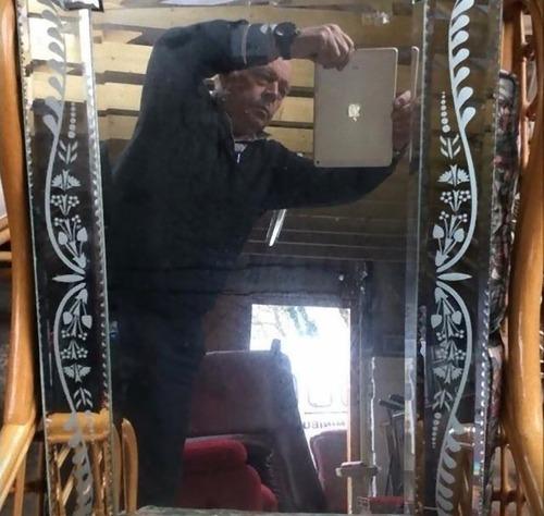 鏡の写真を撮っている人04