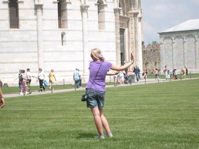 ピサの斜塔の前で記念撮影する観光客、別アングルから見ると…04