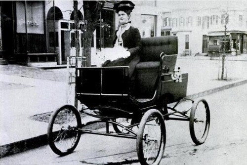 サウジで初めて女性に運転免許証01