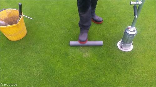 ゴルフのホールカップの位置の変え方11