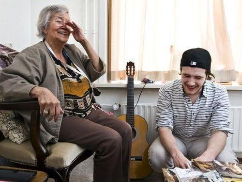 月30時間のボランティアワーク付きで老人ホームを無料の学生寮に01