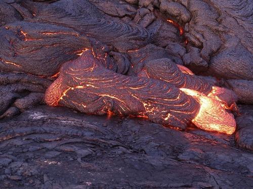 大きなレンズで石ををまた溶岩に