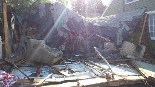 40人が屋根の上に乗って崩壊する06