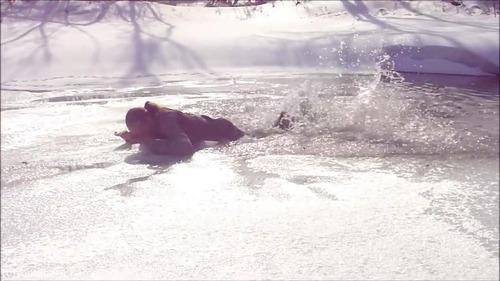 足元の氷が割れて落ちたときに這い上がる方法…10
