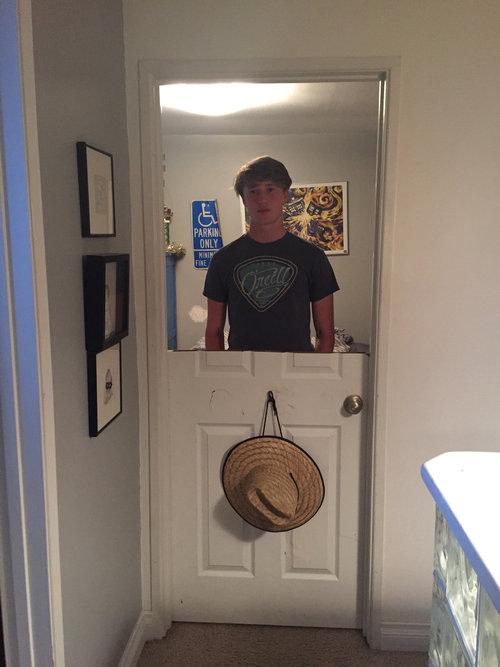 弟がドアの半分を切られた01
