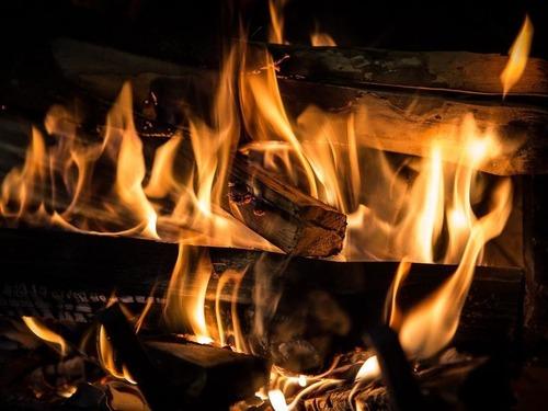 暖炉に石のアート
