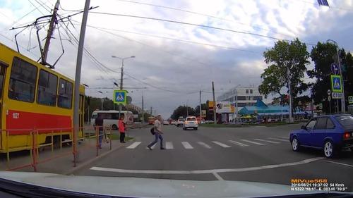 ロシアでは歩行者が車をはねる01