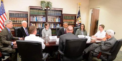 オバマ大統領とテーブルを囲んでる01
