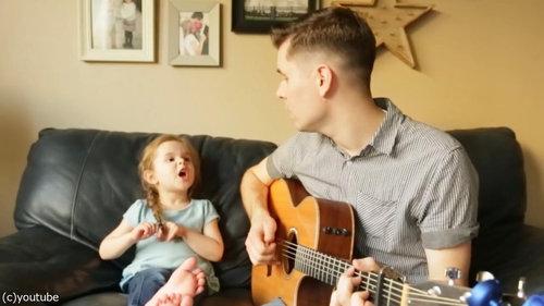 お父さんと歌う4歳の女の子02