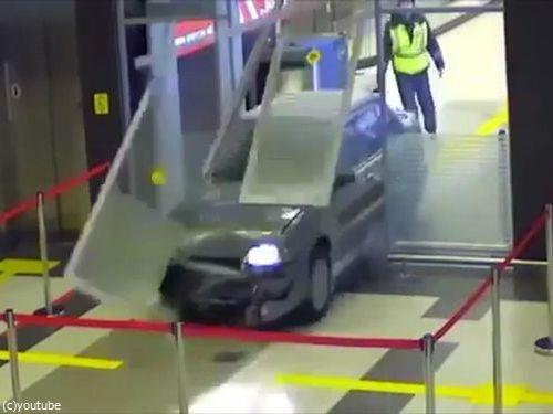 ロシアの空港に車が突入、警備員との追いかけっこ00