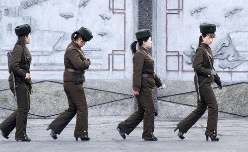 北朝鮮の女性兵士の靴01