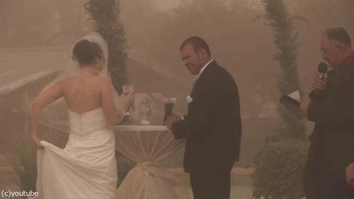結婚式の愛の誓いのときに強烈な嵐04
