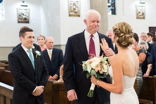 花嫁の隣には父親の心臓を持つ男性01