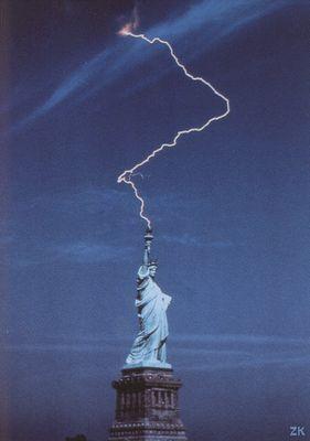 自由の女神さに落ちた稲妻の写真