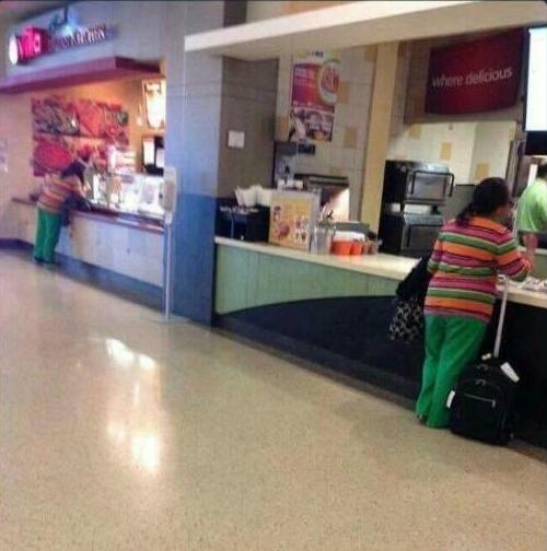 2か所で同時に食べ物を買っている女性01