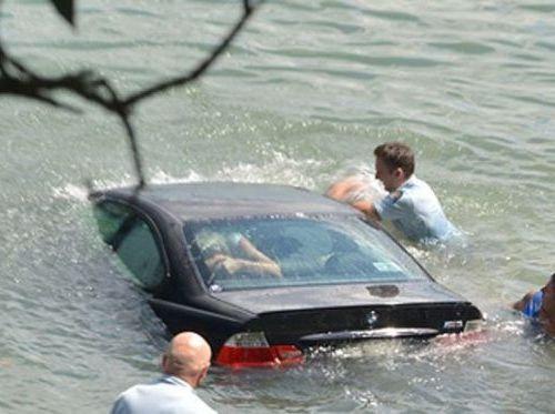 水没する女性の車を警官が助け出す00