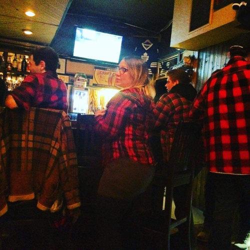 カナダの小さな町のバーのファッション01