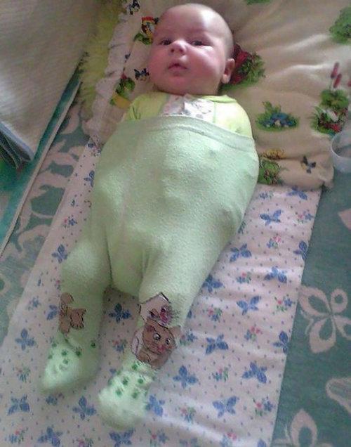 お父さんが赤ちゃんに服を着せると01