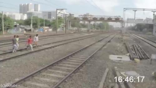 集団で線路を渡ろうとしたら…ヒヤッとする映像01