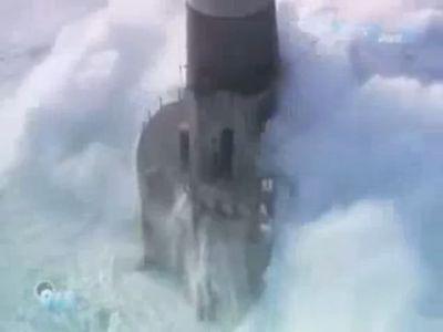 荒波の灯台