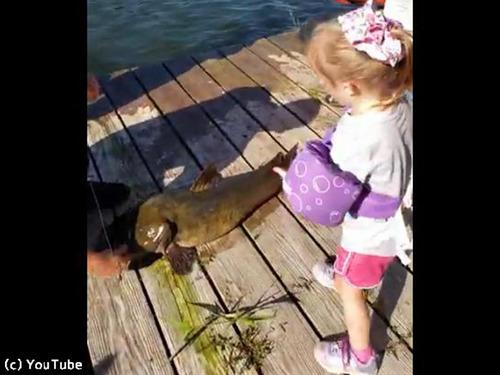 おもちゃの釣り竿で超大物を釣り上げる少女00