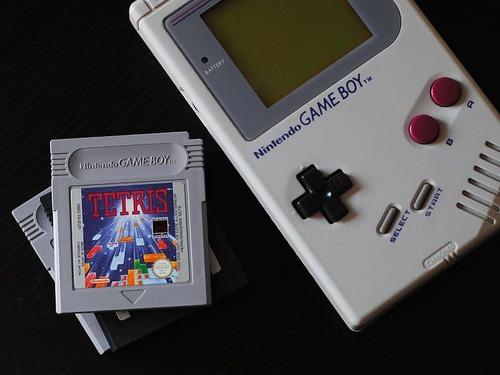 ゲームボーイのカセットでゲームボーイを表現00