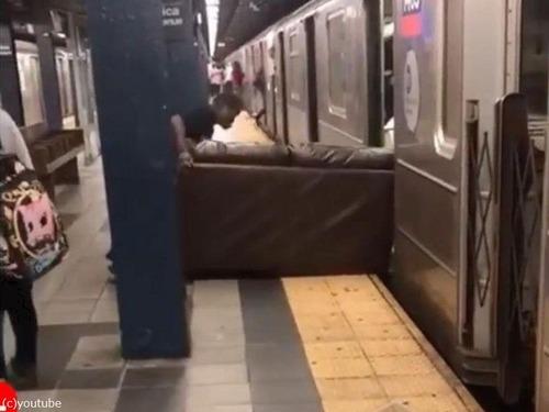 ニューヨーク地下鉄だけ…ソファの運び方02