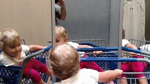 複数の鏡を見つけた赤ちゃん05