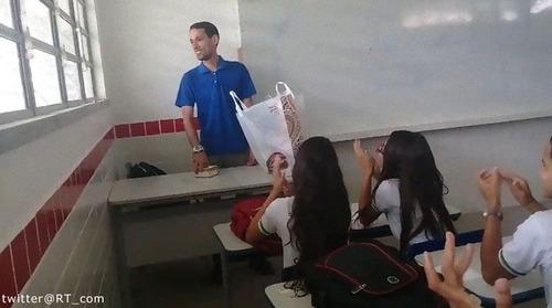 給料未払いで生活苦の教師に、生徒たちからサプライズの募金01