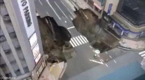 博多の道路陥没01