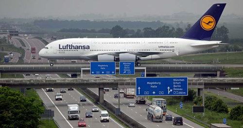 ドイツの高速道路を横切るエアバス01